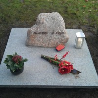 Urnmonument nr. U26 Gebr. Ridder Natuursteen Bovensmilde en Lutten Eden Groep